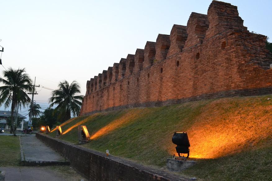 Городская стена Накхонситаммарат